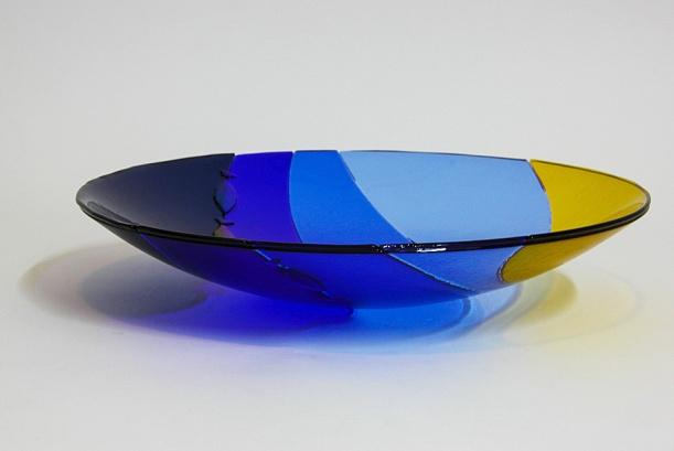 Zee grote schaal in blauw en geel glas zonder tekst